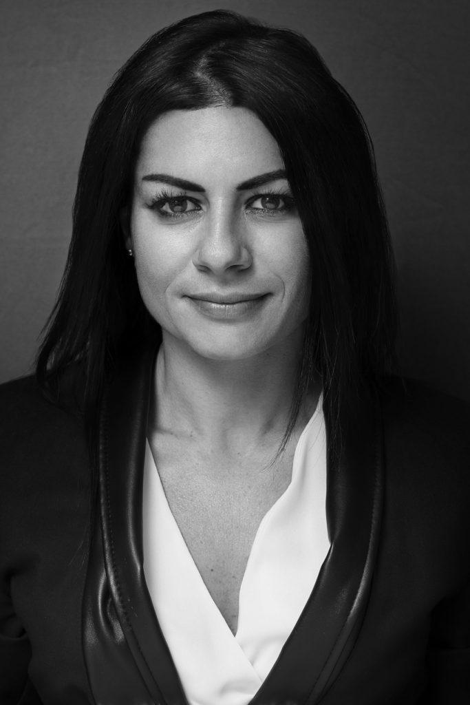 Ritratto Professionale di donna in bianco e nero - Fotografia - Foto Aziendale - Omar Viara Fotografo a Torino